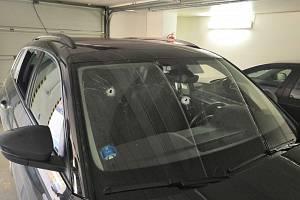 Vozidlo, ve kterém řidič podezřelý ze střelby po incidentu ujel.