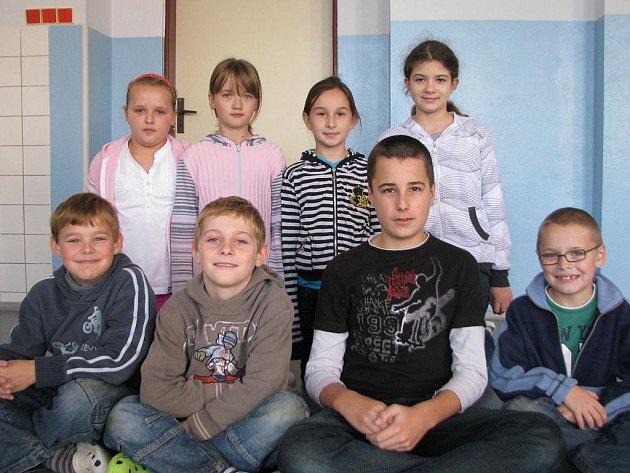 ODPOVÍDALI. Dívky zleva: Jana Račanová (4. třída), Michaela Brousilová (5. třída), Denisa Prajzlerová (4. třída) a Adéla Micková (5. třída). Chlapci zleva: Štěpán Lednický (3. třída), Lukáš Himmel, Šimon Souček (5. třída) a Marek Dovín (2. třída).