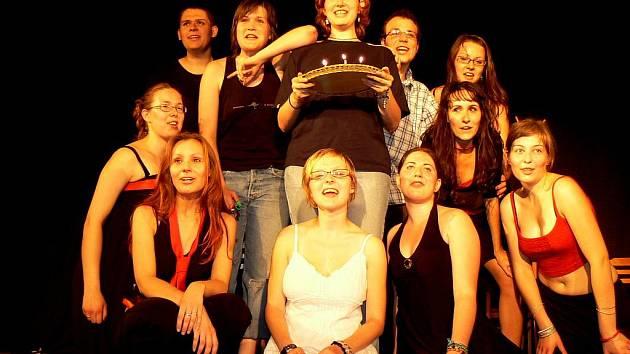 Snímek je z jednoho z minulých ročníků festivalu Duhové divadlo. Na snímku dramatický soubor při Studentském univerzitním divadle České Budějovice.