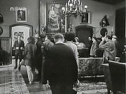 RYTÍŘSKÝ SÁL. Filmaři si krb v rytířském sálu museli upravit, nad něj instalovali obraz, pod kterým se ukrýval ztracený obraz Nahé pastýřky, kvůli kterému se na zámku Ronov vraždilo.