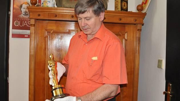 Ředitel Prácheňského muzea Jiří Prášek se soškou Oscara.