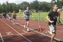 Na snímku běží chyšecký atlet Michl Fučík (s č. 99) závod na 1500 metrů, ve kterém si zlepšil svůj dosud nejlepší výkon na této trati.