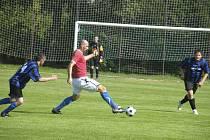 Na snímku jsou dva střelci sobotního zápasu okresního fotbalového přeboru AFK Smetanova Lhota - SK Oslov (6:6). Domácí Jan Koller (u míče) vstřelil čtyři góly, hostující Josef Picka (vpravo) skóroval třikrát.