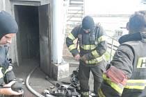 Hasiči likvidovali požár uhelného prachu pod dopravníkem v jedné formě v Milevsku.