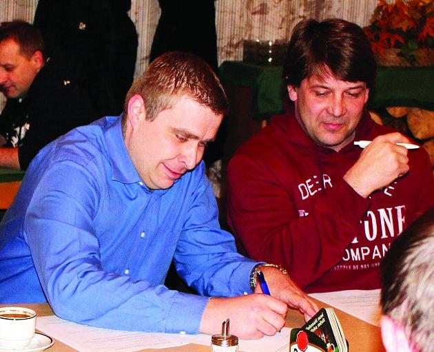 ZMĚNY. Nový zastupitel David Geschvandtner (vlevo) složil ve čtvrtek slib, krátce poté zvolili zastupitelé novým místostarostou Petra Gottfrieda (vpravo).
