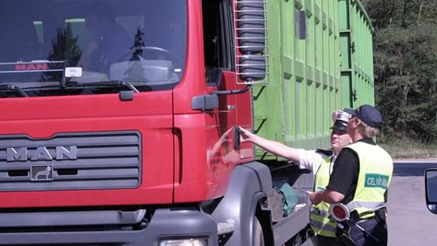 SILNIČNÍ KONTROLA. Včerejší dopravní akce u Podolského mostu, zaměřená na kamionovou dopravu, znamenala pro některé řidiče řadu nepříjemností.
