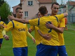 PÍSEK PORAZIL ČÁSLAV 4:1. Na snímku zleva Lukáš Šlehofer, František Němec (proměnil penaltu) a Martin Voráček.