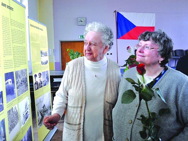 VERNISÁŽ. V aule ZŠ E. Beneše v Písku  byla včera  dopoledne  slavnostně zahájena výstava k událostem spojeným se vznikem druhé světové války a s účastí Čechů a Slováků v protinacistickém odboji. Na snímku zleva Irena Hrbáčková a Hana Bruncviková.