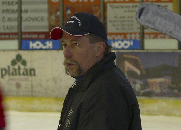 První mistrovský zápas ve druhé lize na střídačce týmu IHC Písek v roli hlavního trenéra si v Děčíně odbyl Vladimír Caldr.