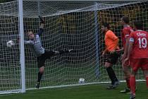 DOSTALI ČTYŘI BRANKY A PROHRÁLI. Fotbalisté rezervy FC Písek v krajském přeboru nestačili na Katovice, kterým na jejich půdě podlehli 0:4. Po dvou brankách dostlali v každém poločase. Druhou branku Katovic vstřelil Petr Hovorka (v oranžovém).