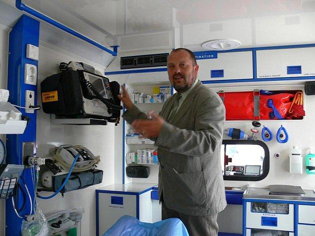 Ředitel jihočeské ZZS Marek Slabý ukazuje vybavení sanity.