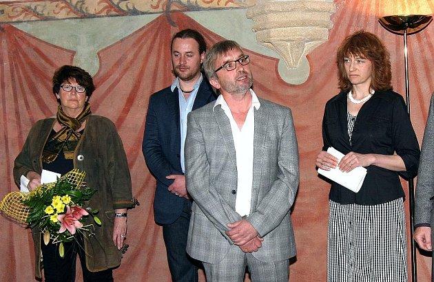 Snímek je z vernisáže obrazů Hermanna Ellera v Prácheňském muzeu v Písku.  V popředí je malířův syn Walter Eller.