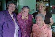 Na snímku jsou (zleva) předsedkyně ZO ČSBS Písek Hana Bruncvíková, jubilantka Nina Nováková, členka písecké organizace Ludmila Fučíková a sedící je Irena Hrbáčková, čestná předsedkyně ZO ČSBS.