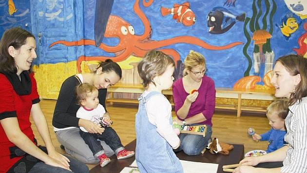 Maminky s dětmi v Mateřském centru Kvítek v Písku.