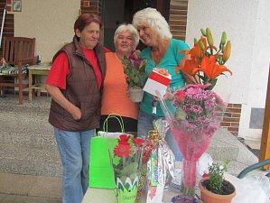 Na fotografii je oslavenkyně Zdeňka Hašková a kamarádky Libuše Štemberková  a Miroslava Stará.