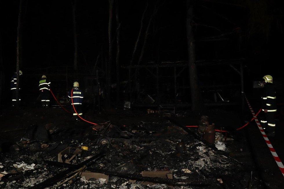 V kempu Radava hořelo jedenáct karavanů.