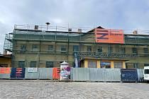 Nádražní budovu už několik měsíců obklopuje lešení.