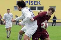 PŮLTUCET GÓLŮ. Vlastimil Holan (na snímku vpravo v osobním souboji s horažďovickým Zámečkem) vstřelil v nedělním utkání fotbalové divize na hřišti v Králově Dvoře dva góly, ale z výhry se radovali domácí, kteří porazili FC Písek 6:3.