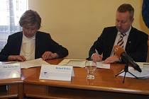 Ministr životního prostředí Richard Brabec podepsal se starostkou Písku Evou Vanžurovou memorandum o spolupráci na konceptu Smart City, tedy chytrého města.