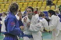 Na snímku vpravo je Alice Matějčková z SKP Písek v zápase s německou soupeřkou.