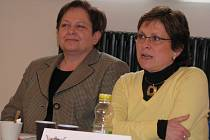 DOTKNI SE PÍSKU. Na tiskové konferenci ve Sladovně, kde byl představen projekt letošních městských slavností, vystoupily také místostarostka Písku Eva Veselá (vlevo) a vedoucí odboru kultury a cestovního ruchu Ludmila Koštová.