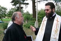 ThDr. Michael Štojdl z CČH (vlevo) a páter Jan Špaček, farář církve římskokatolické v Mirovicích při nedávném ekumenickém setkání