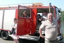 NÁVŠTĚVA. Komise soutěže Vesnice roku přijela ve čtvrtek do Borovan hasičským autem.