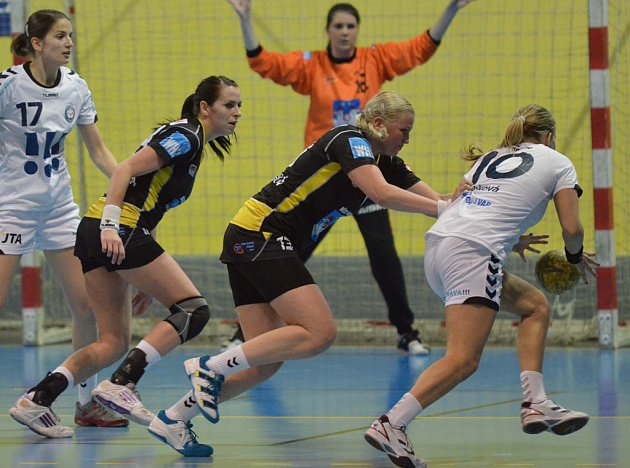 Pro házenkářku Ivetu Luzumovou (druhá zleva) bude sobotní zápas se Zlínem zřejmě posledním v píseckém dresu před jejím avizovaným odchodem do zahraničí.