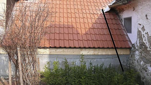 PROSTOR. Čára vyznačuje místo, kde musí Radek Malkus odstranit kus své střechy, aby mohl Zdeněk Kára opravit svůj dům (vpravo), který v tomto místě trpí vysokou vlhkostí.