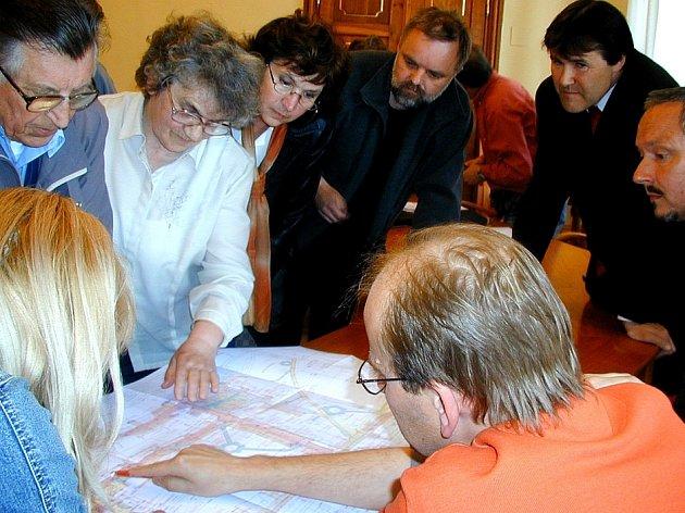 Nad projektem na úpravy části sídliště Portyč kolem prodejny Smat diskutovali občané se starostou Písku Miroslavem Sládkem, autorem  projektu Vladimírem Děrdou a  ing. Petrem Jarošem.