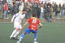 Na snímku je písecký obránce Roman Pivoňka (v bílém) v souboji s hostujícím Antonínem Preslem v utkání třetí fotbalové ligy, ve kterém FC Písek remizoval s béčkem Viktorie Plzeň 3:3.