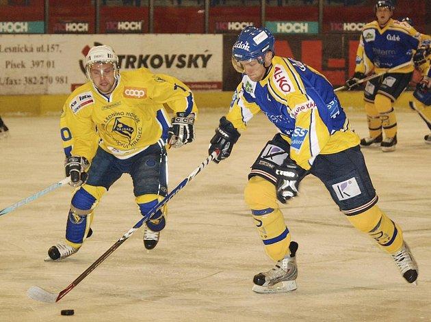 Hostující Skokan (vlevo) atakuje unikajícího Slavíka v jihočeském derby ve druhé hokejové lize, ve kterém Písek zvítězil nad Jindřichovým Hradcem 7:4.