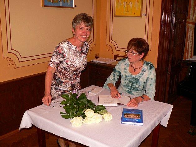 Spisovatelka Jaroslava Pixová představila ve Vráži svou novou knihu Zámečky a trvrze jižních Čech aneb Jak se na nich žije dnes 2.