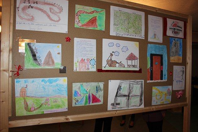 Výstava dětských přání doprovázela volby.