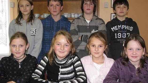 ODPOVÍDALI. Chlapci zleva: Dominik Zeman (6. třída), Vojtěch Petřík (6. třída), Vojtěch Štván (5. třída) a Tomáš Vostřák (5. třída). Dívky zleva: Lucie Dvořáková (6. třída), Kristýna Tkadlecová (6. třída), Monika Chocholová (5. třída) a Kateřina Štvánová.