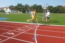 Patrik Bouška (celý ve žlutém) na závodech v Pacově.