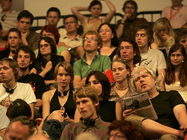 Diváci na Festivalu nad řekou 2009.