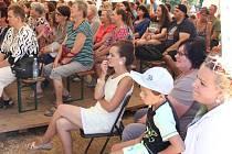 Do divadelního stanu se vejde až tři sta diváků.