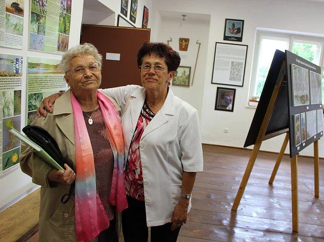 Učitelka Anna Hanzlíková (79) a její bývalá žačka Ludmila Šimková (67) v Muzeum Mirovicka v Pohoří.