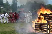 Dobrovolní hasiči s historickou stříkačkou.