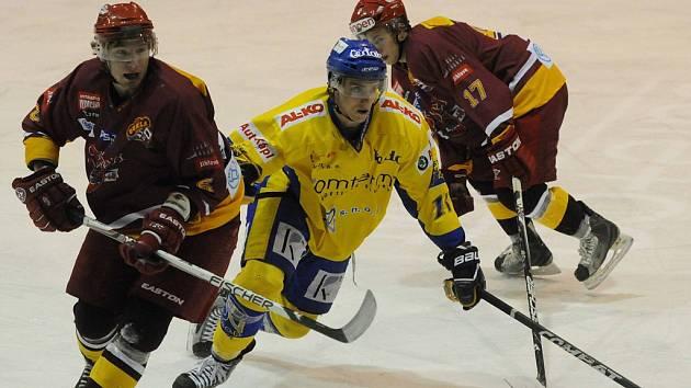 Domácí Vaniš (uprostřed) bojuje o puk s Jíchou v nedávném zápase první ligy, ve kterém se hokejisté Písku střetli s Duklou Jihlava. V sobotu přijede k Otavě tým Ústí nad Labem.