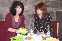 Na snímku z besedy v Městské knihovně v Písku  je ředitelka Fantastické knihovny ve Wetzlaru Bettina Twrsnick v rozhovoru s místopředsedkyní  Společnosti pro česko - německou spolupráci v Písku Magdalenou Myslivcovou.