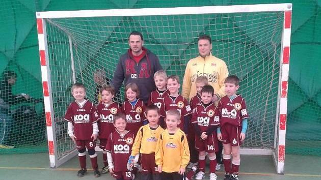 Na snímku je minipřípravka FC Písek, která v Českých Budějovicích úspěšně zakončila dlouhodobý turnaj. Konečné druhé místo může malé fotbalisty těšit.