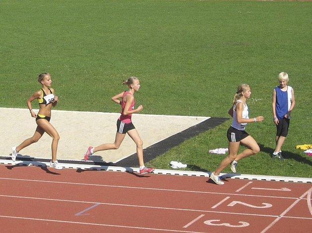 Náš snímek je z běhu mladších žákyň na 800 metrů, v čele závodu je Adéla Záhorová (vpravo), za ní je Hana Váchová, obě ze Sokola Milevsko.