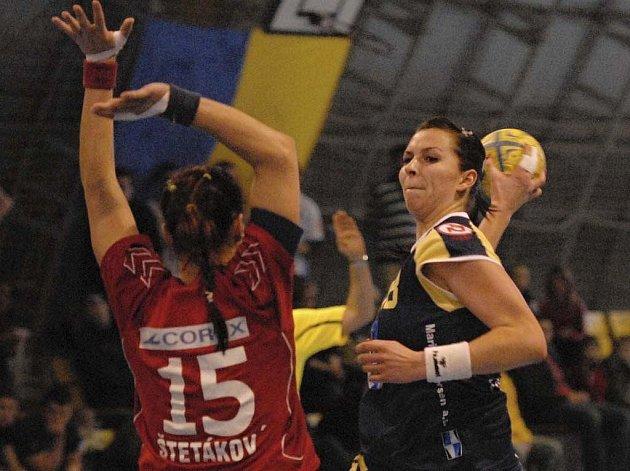 Na snímku vpravo je písecká házenkářka Iveta Luzumová při střelbě v jednom z interligových zápasů této sezony.