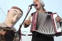 V představení se klaun Jiří Bilbo Reidinger ( pod  hlavou L´Ombré – Stína) a vycházející písničkářská hvězda Sylvie Krobová  přihlásili k tradici kabaretů  a surrealistů.