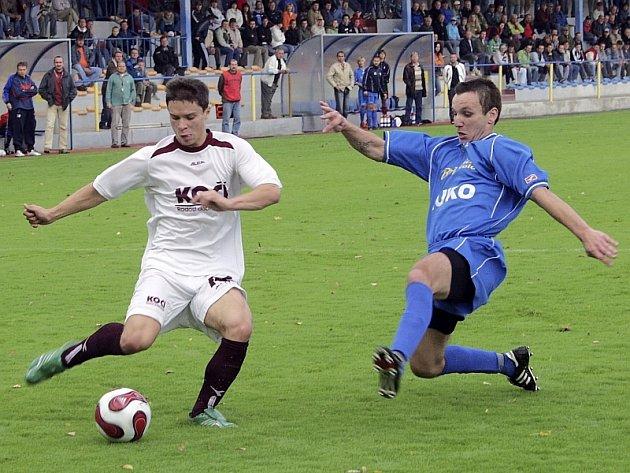 Záběr z utkání minulého kola fotbalové divize, ve kterém FC Písek prohrál doma s SK Strakonice 1:3. Domácí Jan Moravec (vlevo) uniká Martinu Petrovi. V sobotním utkání v Klatovech, ve kterém Písek vyhrál 3:2,