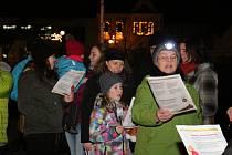 V Mirovicích si zazpívali koledy s Deníkem na náměstí u stromečku.