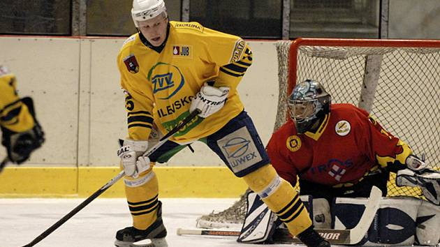 PŘEHRÁLI SOUPEŘE. Z této šance domácí Rudolf Suchánek brankáře Houdka nepřekonal, přesto v sobotním utkání druhé ligy hokejisté Milevska zvítězili nad Mělníkem vysoko 7:1.