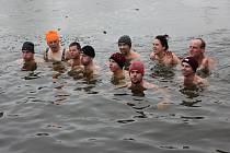 Manželé Lada a Ladislav Benešovi si oblíbili plavání ve studené vodě. Nejlepší je to podle nich s partou.